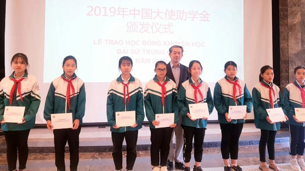 Đại sứ quán Trung Quốc trao học bổng khuyến học cho học sinh Bắc Giang và Thái Nguyên